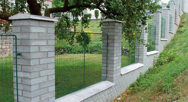Betonové cihly na plot